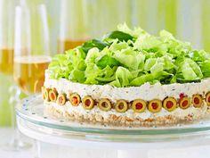 Suolaisen juustokakun täyte kätkee sisälleen fetaa, paprikaa ja ruohosipulia. Koristele kakku salaatilla, kurkkukuutioilla ja oliiveilla.