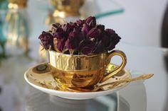 Taza dorada con flores