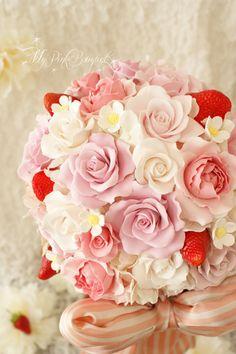 046//イチゴのブーケが、より可愛らしくなるように、様々なピンクをお入れしたラウンドブーケ。