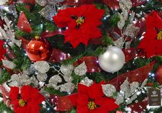 Alquiler árbol de navidad gigante personalizado en un centro comercial en el Baix Llobregat, Barcelona Luz Led, Christmas Wreaths, Barcelona, Holiday Decor, Home Decor, Shopping Mall, Home, Christmas Swags, Homemade Home Decor