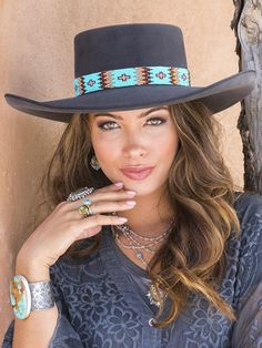 Estilo Cowgirl, Cowgirl Style, Country Girl Style, Country Girls, Beaded Hat Bands, Western Hats, Leather Hats, Bead Embroidery Jewelry, Girl Photography Poses