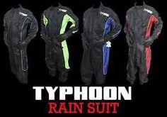 typhoon 100 impermeable hi viz lluvia traje de una pieza moto motocicleta sobretraje - Categoria: Avisos Clasificados Gratis  Estado del Producto: Nuevo con etiquetasTYPHOON RAIN SUITManufacturer: TYPHOONModelSeries: Waterproof Suit PLEASE NOTE THERE MAY BE MINOR VARIATIONS TO THE DESGIN PRODUCT INFO: a Deluxe Rainsuita 100 waterproofa Adjustable at the sleeves, collar and waista Inside fleece colour for added comfort! a Reflex, reflective materiala Full length flap with touch fastening…