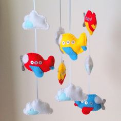 This listing is for one custom made aeroplane and cloud mobile. The mobile will consist of 5 airplanes and 5 clouds hand stitched onto a 15cm wide