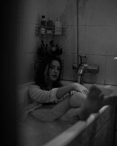 Девушка в ванной, Моника Белуччи, черно-белое фото, чб, ванная, фотосессия в ванной
