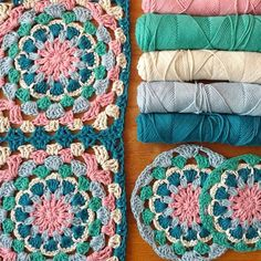 Kijk wat ik gevonden heb op Freubelweb.nl: een gratis haakpatroon van Happiness with Yarn om deze mooie square te maken https://www.freubelweb.nl/freubel-zelf/gratis-borduurpatroon-square/