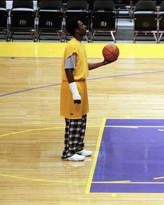 When Kobe had a cast over his broken right wrist and still showed up to practice. He had a Mamba Mentality even in his early years of his NBA career. Black Mamba Basketball, Basketball Art, Basketball Pictures, Basketball Players, Kobe Bryant 8, Lakers Kobe Bryant, Basketball Fotografie, Kobe Bryant Tattoos, Kobe Mamba
