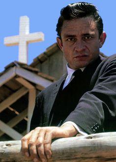 simiangorillamonkey:  aiiaiiiyo:  Johnny Cash (1961) Check this blog!  Q Saiba mais sobre Lendas da Músicas no E-Book Gratuito – 25 VOZES QUE MUDARAM A HISTÓRIA DA MÚSICA em http://mundodemusicas.com/vozes-musica/