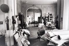Picasso dans son atelier regardant Tête en cours d'exécution 1957, Villa La Californie, Cannes. By David Douglas Duncan.