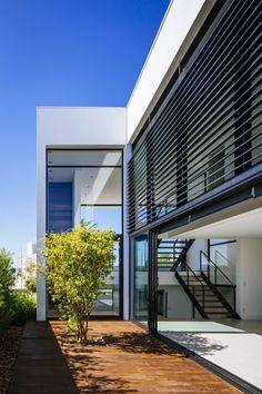 Moderna fachada lateral de casa de dos plantas