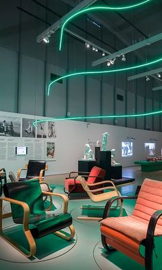 Tuolit ovat isossa osassa näyttelyssä. HAM:iin on tehty Aallon kuuluisa New Yorkin maailmannäyttelyn revontuliseinä neonvaloin. Copyright: Helsingin taidemuseo/Helsinki Art Museum. Kuva: Hanna Kukorelli.