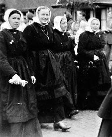 Vrouwen in Cadzandse dracht, 1954 (ZB/Beeldbank Zeeland; foto: A.P. Maas)