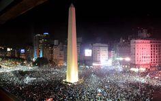 Gracias Selección @ argentina Y gracias al pueblo que demuestra una vez más que no hacen falta micros para movilizar a la gente cuando realmente quiere asistir a festejar.