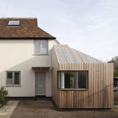 has reconfigured this semi-detached cottage in Cambridge with an extension in cedar cladding 🌲🏡 Swipe in… Wooden Cladding Exterior, Timber Cladding, Porch Extension, Cottage Extension, Cladding Design, House Cladding, This Old House, House In The Woods, Cout Extension Maison