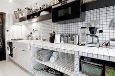 Zwart witte semi open keuken
