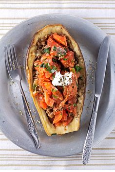 Ground beef, tomatoes, and spices as a filling to the perfect stuffed eggplant. For when you really want that perfect date night dinner. Aubergine Recipe Healthy, Eggplant Recipes, Pecan Crusted Tilapia, New Recipes, Healthy Recipes, Amazing Recipes, Easy Recipes, Vegetarian Recipes, Cooking Recipes