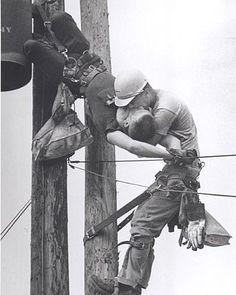"""FOTOS CON HISTORIA  Rocco Morabito ganó el Premio Pulitzer 1968 por esta fotografía titulada """"El beso de la vida.""""  El aprendiz instalador de líneas JD Thompson """"respira la vida"""" en la boca del otro liniero aprendiz, Campeón RG, colgado inconsciente tras recibir una descarga de alto voltaje.   Ah! por cierto, Campeón RG, se salvó."""