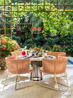Como aproveitar o jardim da sua casa no dia a dia, como essa mesa de jantar no meio do jardim.