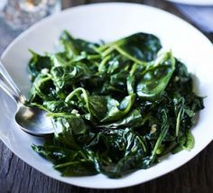 Wilted spinach with nutmeg & garlic