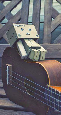 Danbo Guitar 744 x 1392 Parallax Wallpapers disponible para su descarga gratuita.