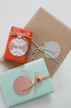 des idées de paquets cadeaux pour Noël avec des boules de Noël découpées en papier / 9 free printable gift tags for the holidays, all of them gorgeous.