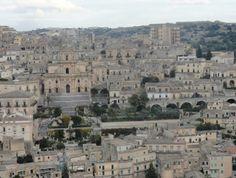 """Gesualdo Bufalino, un grande scrittore siciliano, narrava cosi' della città di Modica (SICILIA): """" un paese in figura di melograna spaccata; vicino al mare ma campagnolo; metà ristretto su un sprone di roccia, metà sparpagliato ai suoi piedi, con tante scale fra le due metà, a far da pacieri, e nuvole in cielo da un campanile all'altro. """"In questa meravigliosa città si trova l'appartamento """"Irene"""" disposto su tre livelli; l'ingresso consente l'accesso al soggiorno arredato con angolo TV e…"""