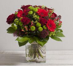 Sensation: Bouquet rond classique de roses et fleurs variées aux teintes contrastées rouge et verte #rose #bouquet