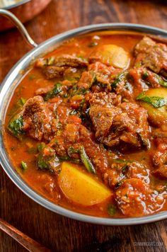 Enjoy a fakeaway night with this delicious and Syn Free Beef and Potato Curry leaving you plenty of syns to enjoy a couple of poppadums. Indian Beef Recipes, Asian Recipes, Curry Dishes, Beef Dishes, Beef Curry Indian, Beef Masala, Healthy Dinner Recipes, Cooking Recipes, Slimming Eats