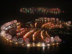 2014 à Dubaï. Illuminations des îles artificielles en forme de palmier