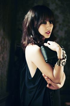 i want this exactly. bangs, wavy and all. if only my hair was naturally slightly wavy like this. :[