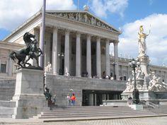Het Parlament (parlementsgebouw) uit 1883 is een gebouw in Griekse stijl, met veel zuilen en beelden. Hiermee worden de Griekseidealen van de democratie benadrukt. Tot 1918 kwam de keizerlijke regering hier bijeen, nu zetelt de nationale regering er.