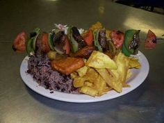 Brocheta de res con tajadas verdes, Gallo pinto, queso frito. Queso Frito, Nicaraguan Food, Gallo Pinto, Steak, Dishes, Skewers, Grilling, Drinks, Kitchens