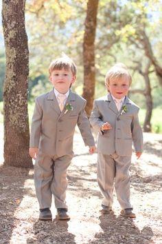 Tenue des porteurs de l'alliance: chemise blanche, costume gris et cravate saumon clair