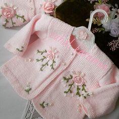 Şu minnak hırkamız çok tatlı değilmi? #elisi #guzellik #benimorgulerim #örgümodelleri #bebekörgüm #yenidoganbebek #örmeyiseviyorum #işlemeli #hırkalar #yelekler #şapkalar #battaniyem #crochet #baby #nakopırlanta #nakoileörüyorum #elemeği #tığişi #örgüyelek #hırka #battaniyem #yenidoganbebek#10marifet #örgüaşkı#siparişalınır @hobim_istanbul @nakoiplikle