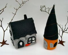Felt Halloween Houses House of Spirits by OhMafelt on Etsy Halloween Sewing, Fall Sewing, Fete Halloween, Halloween Outfits, Holidays Halloween, Halloween Crafts, Halloween Decorations, Halloween Clothes, Felt Decorations