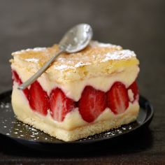Fraisier facile - Recettes Discover the easy strawberry recipe on cuisineactuelle. Köstliche Desserts, Delicious Desserts, Fraisier Recipe, Sweet Recipes, Cake Recipes, Thermomix Desserts, French Desserts, French Recipes, Strawberry Recipes