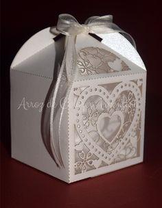 """Caja calada modelo """"corazón calado"""" con iniciales para souvenir, cupcake - Corte láser   Laser cut box"""