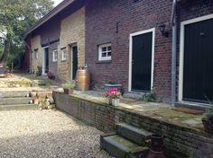 Zomerhuis/Cottage in Bocholtz, Nederland. Het bakhuis en voormalige stallen v/d boerderij, opgebouwd uit Kundermergel & grijs-rode veldbrand anno 1850, zijn gerestaureerd tot een waar rustiek gastenverblijf. U verblijft aan de voet van het Mergelland, nabij de Duits en Belgische grensstre...