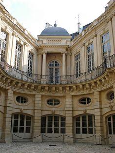 Baroque curves - Hôtel de Beauvais ~ 68, Rue François Miron ~ Paris