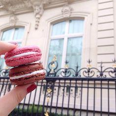 """- Plaisir d'offrir, joie de recevoir -  Partir en """"missioneuh"""" cadeau de remerciement et se prendre des macarons Ladurée *je cite* Incroyable Chocolat Coco et Incroyable - ouais rien que ça -Guimauve Fraise Bonbon sur les Champs Elysées... Je ne les ai jamais testé donc c'est le moment ou jamais!   #laduree #macaron #paris"""