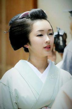 I love studying the geisha culture! Kyoto Japan, Geisha Japan, Japanese Beauty, Japanese Fashion, Asian Beauty, Japanese Kimono, Japanese Girl, Yukata, Memoirs Of A Geisha