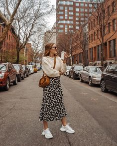 - Robes - Les plus beaux looks en jupe longue et sneakers de 2019 - Furious Laces The most beautiful long skirt and sneaker looks from 2019 - Furious Laces. Mode Outfits, Trendy Outfits, Fall Outfits, Summer Outfits, Fashion Outfits, Womens Fashion, Skirt Outfits For Winter, Fasion, Long Skirt Outfits