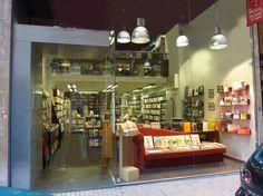 Los portadores de sueños. Premio Librería Cultural 2012 de CEGAL. Está situada en la calle Jerónimo Blancas, 4 de Zaragoza. Una librería que según Vila-Matas es el abismo. Sus libreros Félix y Eva son los quienes llevan las riendas. Eva Cosculluela es actualmente presidenta de la Asociación de Librerías de Zaragoza.