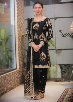 Mahira Khan looks stunning in her black shalwar kameez 🖤 Pakistani Dresses Online, Indian Gowns Dresses, Pakistani Bridal Dresses, Pakistani Dress Design, Pakistani Outfits, Wedding Dresses, Shadi Dresses, Bollywood Outfits, Pakistani Models