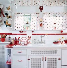 Vintage Kitchen Red and white kitchen perfection. - Catalog kitchens in this era could be lurid, but today's Mid-Century Modern kitchen revival remembers hominess and bright colors. Red and white, and other bold Red And White Kitchen, Red Kitchen, Country Kitchen, 1950s Kitchen, Mini Kitchen, Cherry Kitchen, Kitchen Small, Kitchen Colors, Cocina Shabby Chic