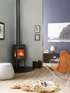 Jotul F 163 C wood burning stove white in room setting, – Freestanding fireplace wood burning Wood Burning Stove Corner, Wood Burning Logs, Modern Wood Burning Stoves, Corner Stove, Wood Stoves, Corner Log Burner, Stove Fireplace, Fireplace Design, Freestanding Fireplace