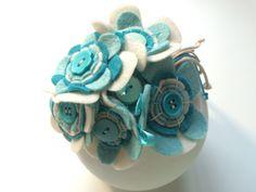 Tiara encapada e decorada com lindo arranjo de flores de feltro bordadas, fitas…