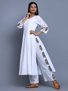 Size Chart (in inches) - These are garment measurements Length of the Anarkali is XS - Chest : Waist : Hip : Shoulder : Armhole : 17 S - Fashion Pants, Look Fashion, Indian Fashion, Fashion Dresses, Kurta Designs Women, Blouse Designs, Stylish Dresses, Simple Dresses, Indian Dresses