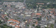 Hamm (Nordrhein-Westfalen): Hamm ist eine kreisfreie Stadt in Nordrhein-Westfalen. Die westfälische Stadt liegt im Nordwesten des Regierungsbezirks Arnsberg am Ostrand des Ruhrgebiets und der Metropolregion Rhein-Ruhr. Sie wird von der Landesplanung als Mittelzentrum ausgewiesen. Nach mehreren Gebietsreformen erreichte Hamm 1975 seine heutige Ausdehnung und mit über 100.000 Einwohnern den Status einer Großstadt. Mit circa 177.000 Einwohnern belegte Hamm am 31. Dezember 2012 den 43. Platz auf…