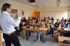 Achill Rumpold  In Diskussion über die Europäische Union mit der 4. Klasse der Fachschule für Sozialberufe I