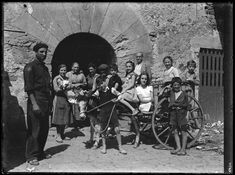 Entre 1916 i 1937. Retrat d'un grup familiar amb un carro i un ase davant l'entrada d'una masia - Vintage photo: Familiar portrait - Retrato familiar. Identificador: AFCEC_FLOS_X_2685.      Cortesía: ©Arxiu Fotogràfic Centre Excursionista de Catalunya. facebook.com/Arxiu.Fotografic.CEC
